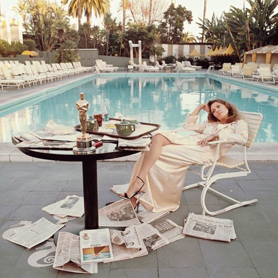 faye-dunaway-with-her-academy-award-photographed-by-terry-o_neill